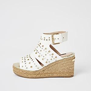 Weiße Keilabsatz-Sandalen mit Nieten und offener Zehenkappe