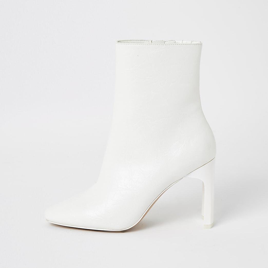 Witte laarzen met hoge hak en textuur