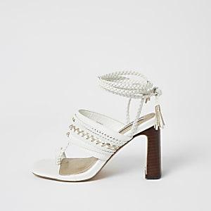 Witte open schoenen met gevlochten enkelbandje en hoge hak