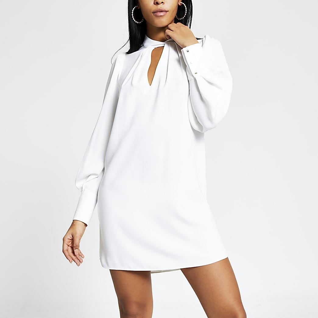 Mini-robe trapèze blanche avec col V torsadé