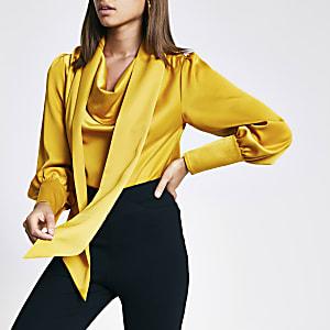 Gelbe, langärmelige Bluse mit Wasserfallausschnitt und Schnürung