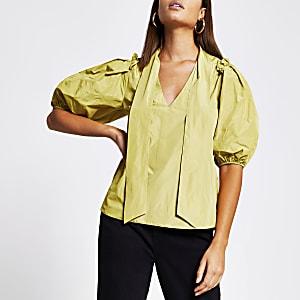 Gele blouse met ruches en stropdas rond hals
